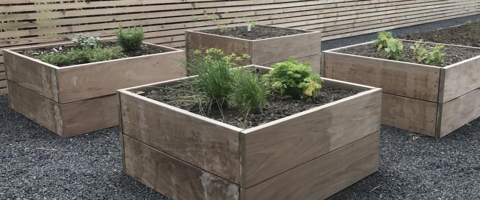 plantenbakken uit ipéhout op terras