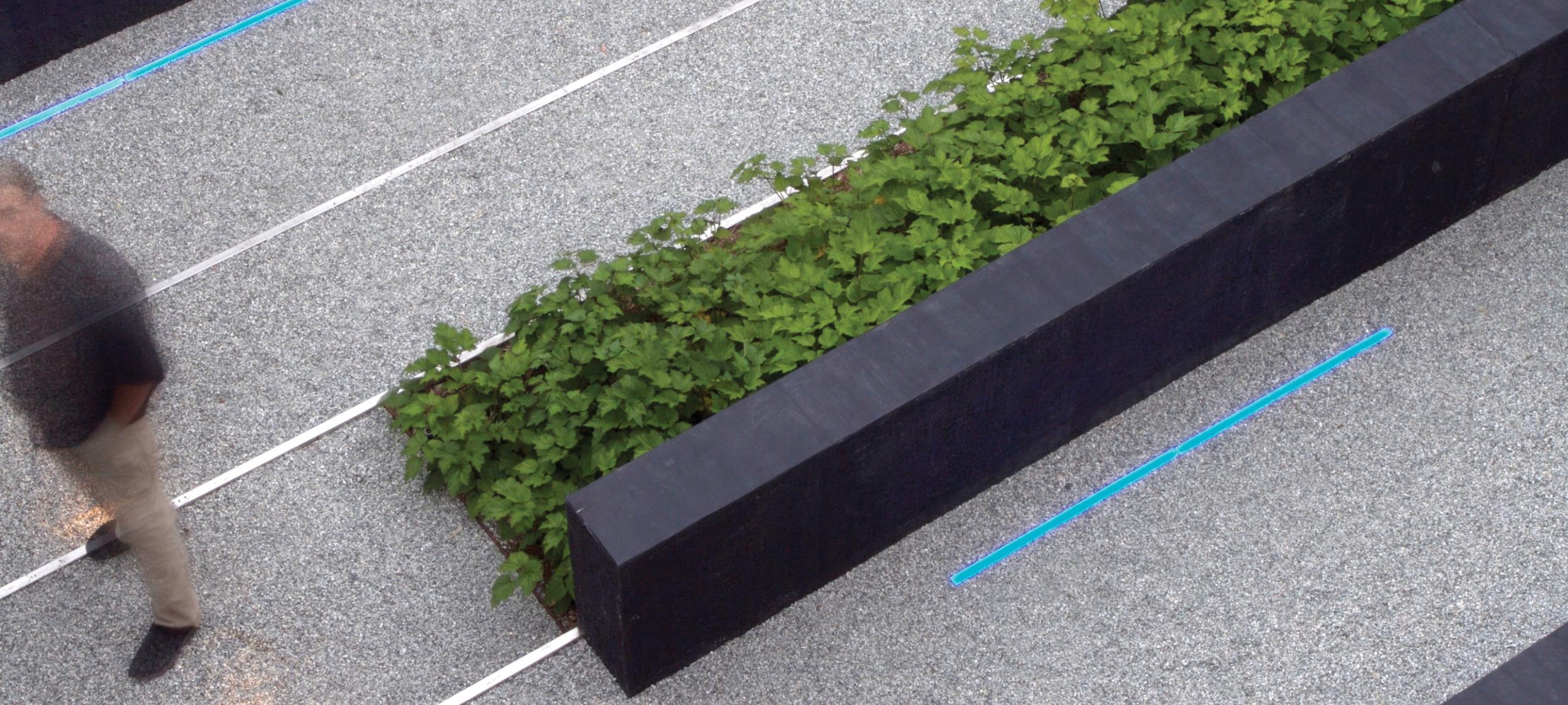 andrea cochran muurtje in zwart beton gecombineerd met groene planten